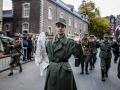 Herdenking van de bevrijding van Maastricht in het Jekerkwartier. Reanactment. Duitse militairen geven zich over en worden afgevoerd door Amerikanen.