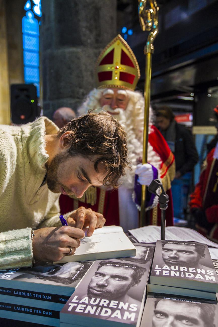 Laurens ten Dam signeert boek voor sinterklaas tijdens meet en greet in Polare boekhandel te Maastricht.